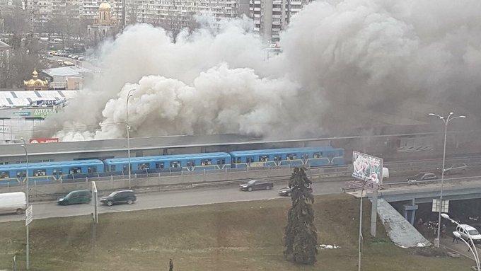 """Біля метро """"Лівобережна"""" горить магазин. Станцію закрили - Цензор.НЕТ 9079"""