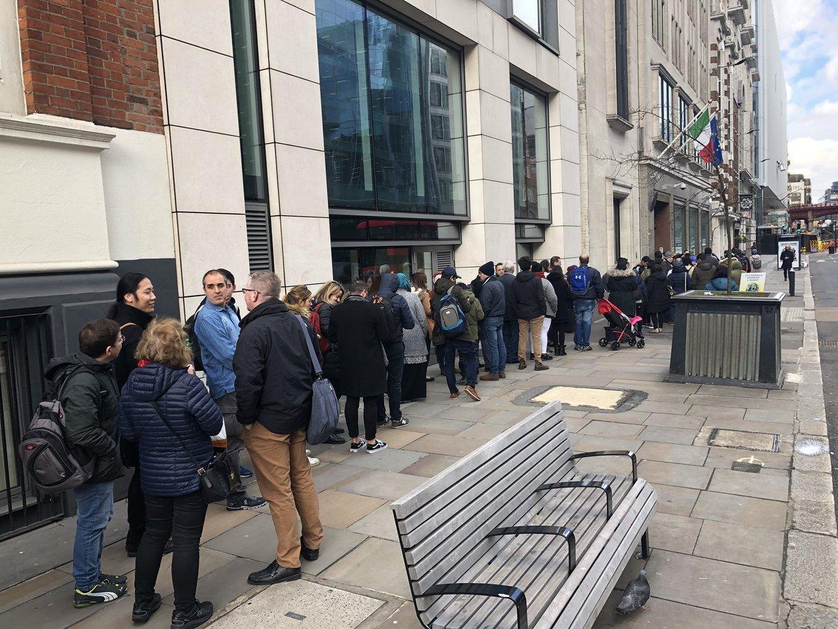 Buongiorno dal consolato italiano a Londra! #noncisonoparole #Striscialanotizia https://t.co/2aXaUCEact