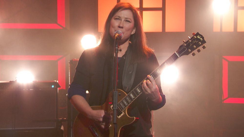Watch @thebreeders power through a version of 'Wait In The Car' on Conan. diymag.com/2018/03/29/wat…