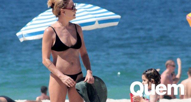 Carolina Ferraz curte praia com filha caçula e exibe boa forma aos 50 anos https://t.co/lmusHNSHAH