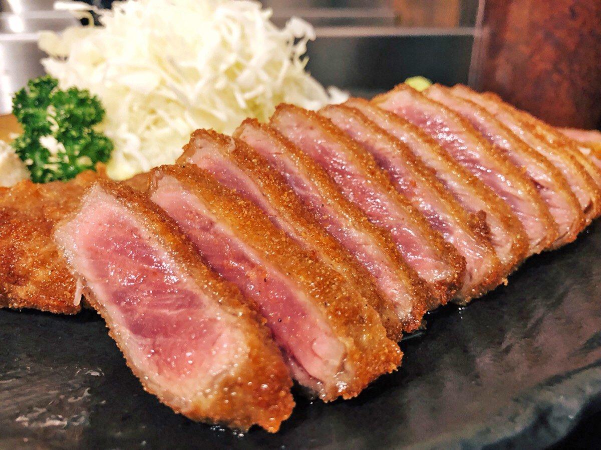 【牛かつ もと村】 @上野,渋谷,新宿など 石盤で炙りながら好きな焼き加減で牛かつを食べられるお店。 焼き上げた牛かつをわさび醤油や岩塩で楽しむことができます🎶 セットを頼むと、とろろご飯も食べられて牛かつとの相性も抜群❗ 店外まで行列ができることが多い人気店です✨