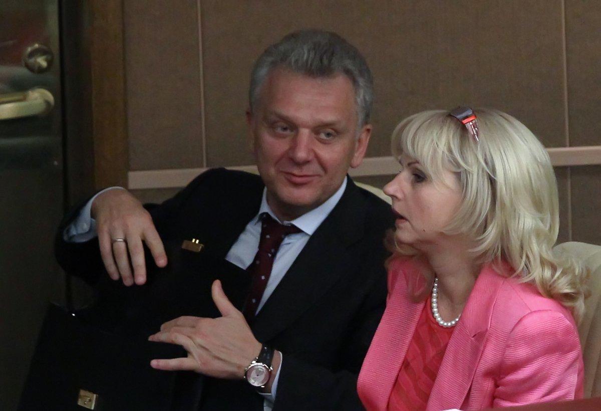 Бывший топ-чиновник Виктор Христенко, уйдя из правительства, стал владельцем гольф-полей на несколько миллиардов. Его жена Татьяна Голикова возглавляет Счетную палату, которая следит за целевым расходованием бюджетных средств. Поделитесь! https://t.co/cLViuYC6gH