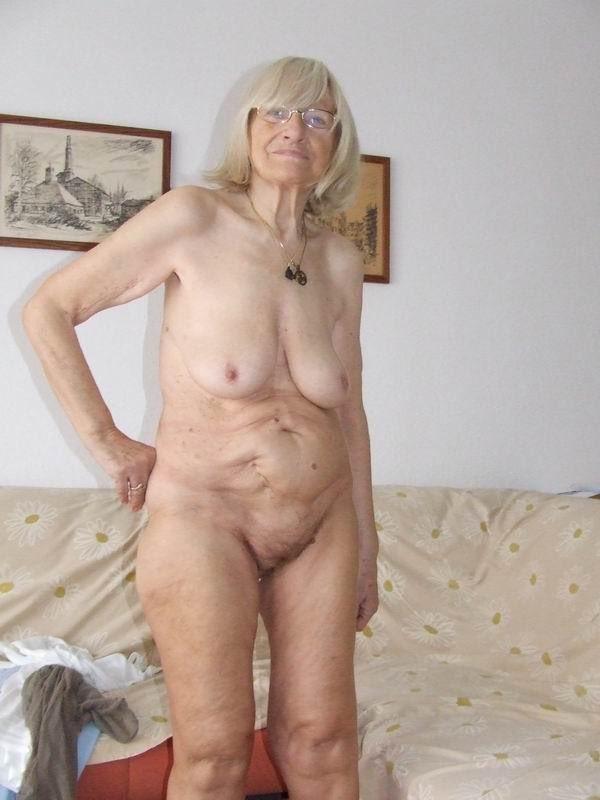 Привлекательная старые голые женщины фото между грудей
