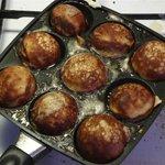 たこ焼きの起源は大阪じゃない!?デンマークのたこ焼き焼き器そっくりの調理器具