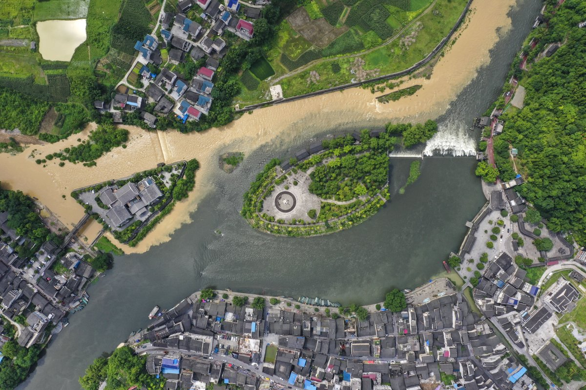 Border Town: it's where two provinces meet —— Hongan Township (R, lower, 1st pic) of SW China's Chongqing and Biancheng Township (L, upper) of C China's Hunan
