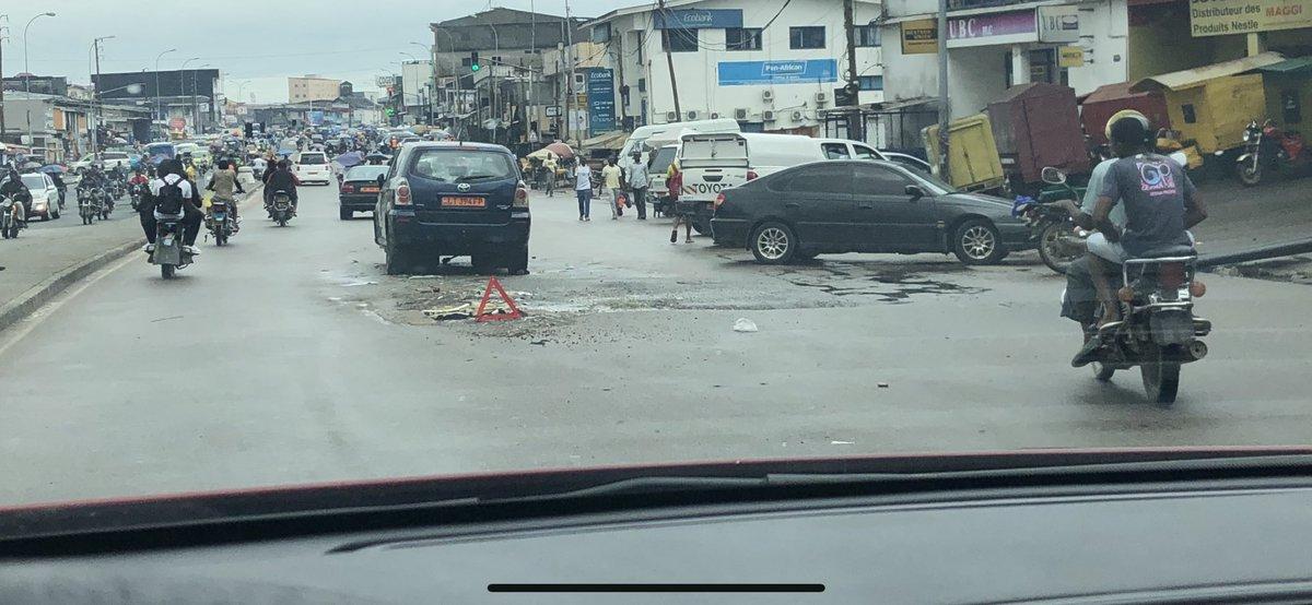 Le célèbre trou de Mboppi a fait une victime 😅  Deux jours déjà que le pauvre est là...  Le quartier de @ETAMBA ...
