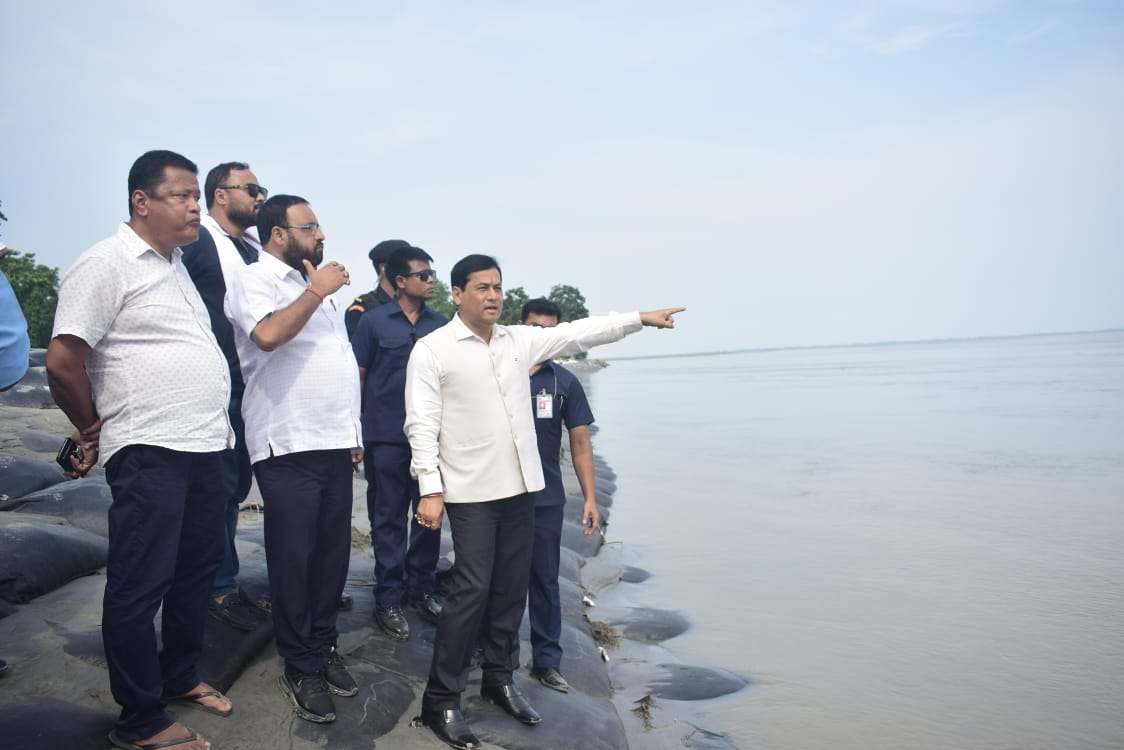 CM Shri @sarbanandsonwal reviewed erosion protection measures at Dakhinpat Kumargaon, Majuli. The CM instructed officials to put in place all measures to protect the island district from flood and erosion of Brahmaputra.