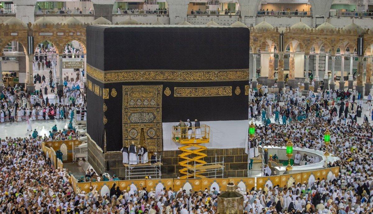 صور: جانب من رفع ثوب #الكعبة المشرفة استعدادا لموسم .الحج