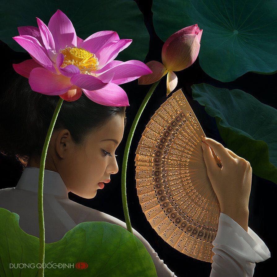 Duong Quoc Dinh. Fotógrafo Nacido en Bien Hoa (Vietnam), 1967. Modelo Xuan Van, con el traje típico de Vietnam, llamado Áo dài.