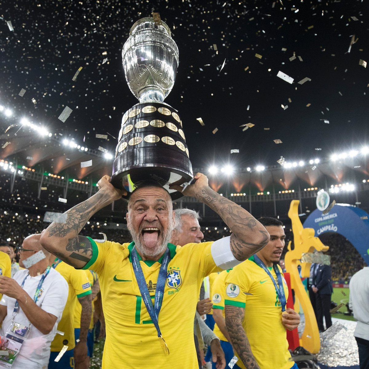 O ano é 2049... Sim, o Dani Alves segue levantando TAÇAS! 🏆👴🏻🇧🇷😂  #VimdoFuturo #CopaAmérica  Foto: Lucas Figueiredo / CBF