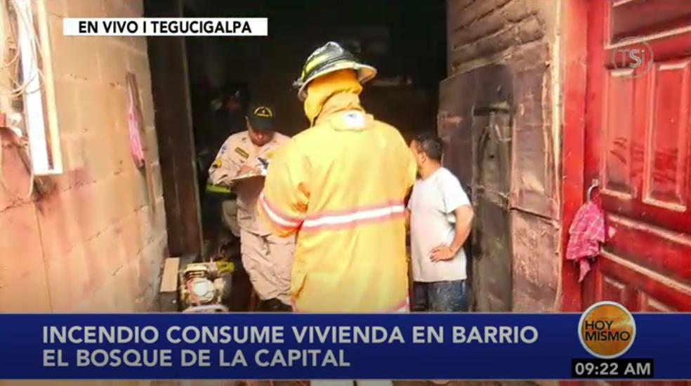 #HoyMismo #PrimeraEdición Elementos del cuerpo de bomberos realizan la labor de enfriamiento en vivienda del barrio El Bosque de la Capital; 3 personas con quemaduras.