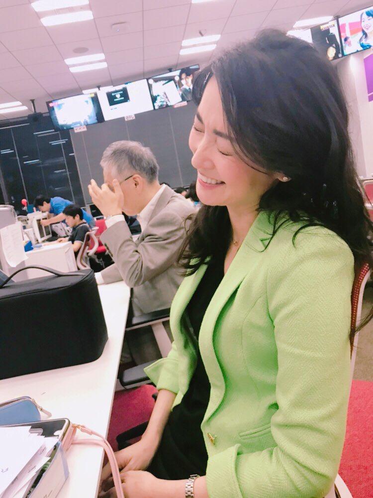WBSが終わって結った髪をほどき、生放送から解放された大江さん。つい隣の席から隠し撮りをしていたら気づかれる(あたりまえだけど)振り返ってこの表情。きゅんとしますね^_^#wbs