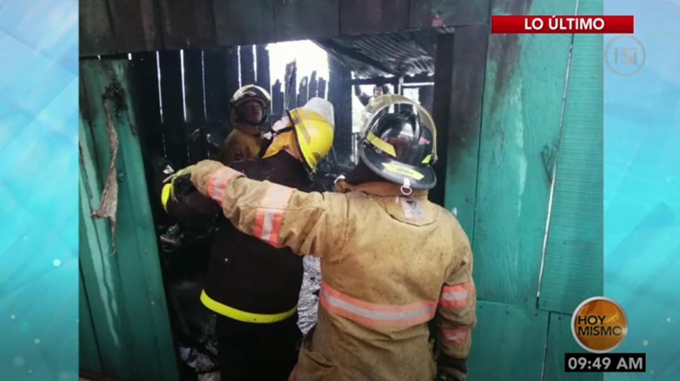 #HoyMismo #PrimeraEdición Elementos del cuerpo de Bomberos llegan a sofocar el incendio en una vivienda en la col. San Francisco de la capital.