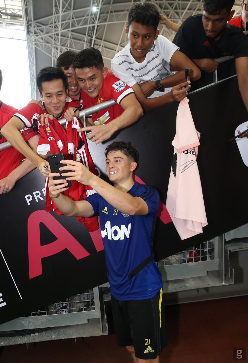 First session in Singapore. Nice to spend time with the fans after training today!  #MUFC <br>http://pic.twitter.com/PKLQbDCzgv