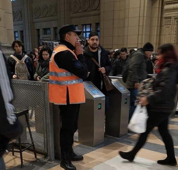 policia fumando en estacion constitucion