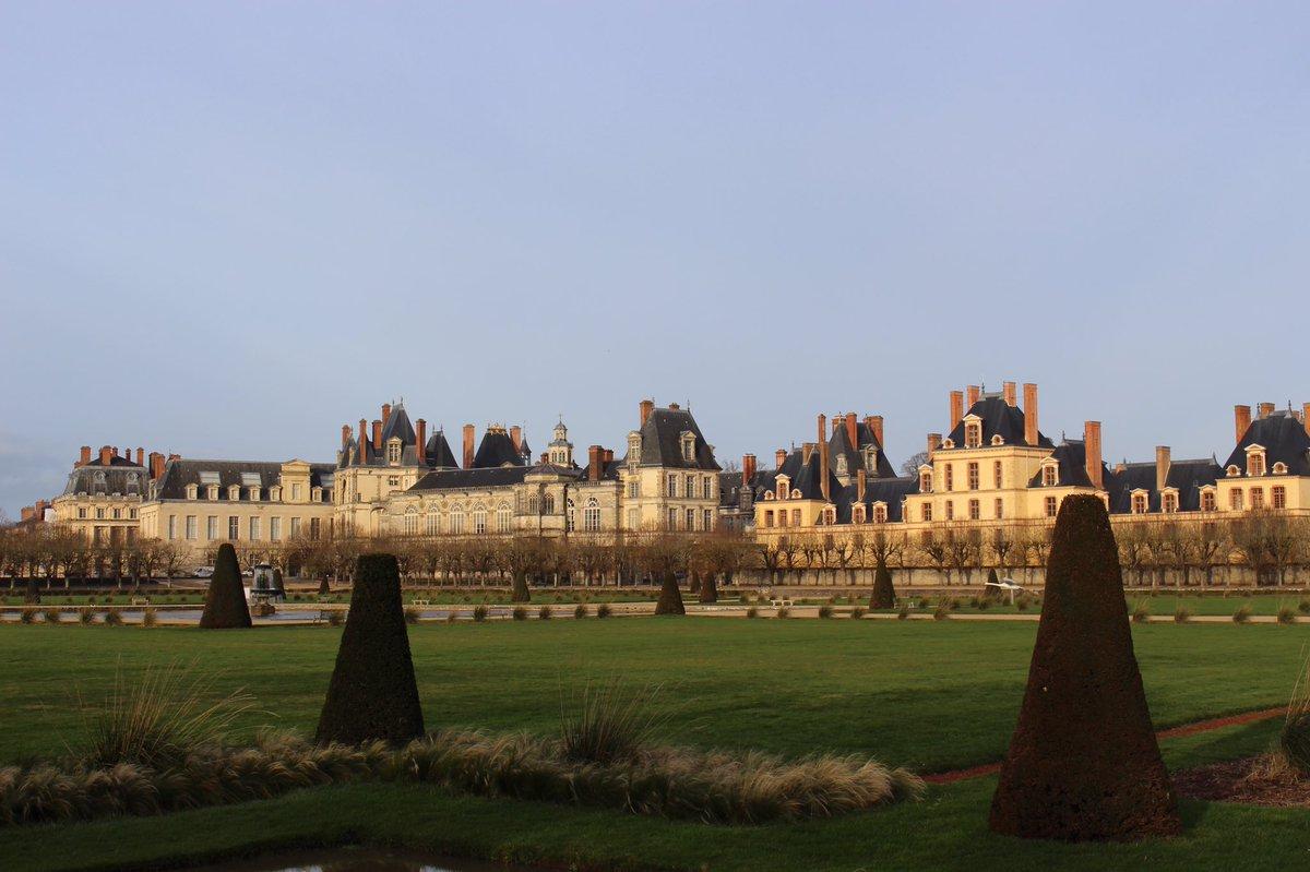 Qu'il est beau le Grand Parterre au coucher du Soleil ! 😍 On peut y voir le @CFontainebleau dans toute son ampleur! Notre #PalaceDay se termine, nous vous souhaitons un bon week-end, et nous espérons de vous avoir donné envie de vous promener dans nos magnifiques jardins 😉