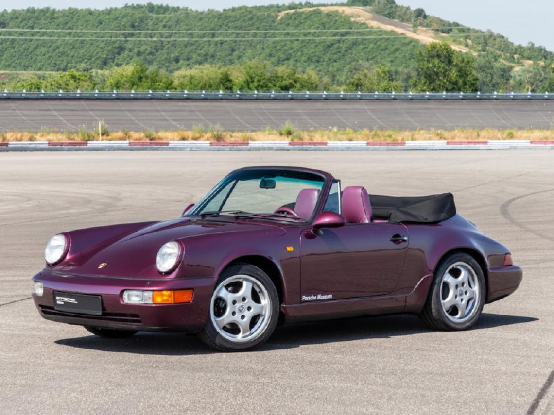 El Porsche 911 Carrera 2 Cabrio podía alcanzar una velocidad máxima de 270 km/h. Te traemos una selección de los mejores descapotables de cada década. @jmtestdrivegrou  #MuyMotor https://bit.ly/2XO360V