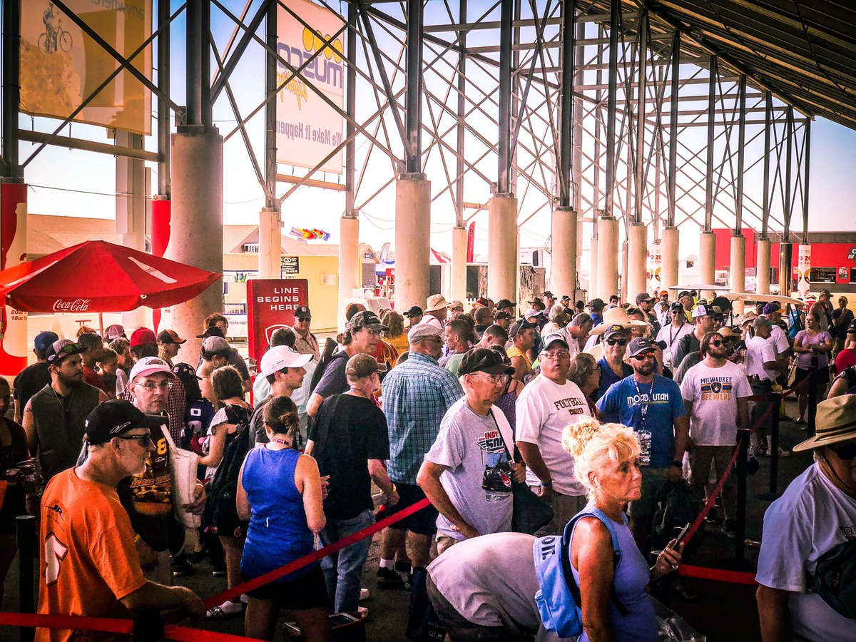 The heat ain't stopping these #INDYCAR fans! Autograph session going down now under the main grandstand. #Iowa300