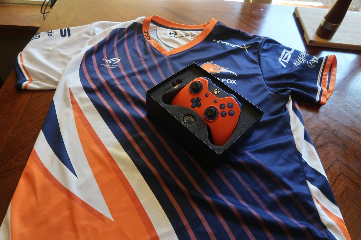 GIVEAWAY ALERT   Giving away a new scuf (only used twice) & my Echofox Kyle jersey (it's 2 XL so if you aren't fat then gain weight  I'll sign it if you WANT)   Giving it away on Monday the 22nd all you have to do to enter is RT & follow me. @KyleKyizzle Goodluck <br>http://pic.twitter.com/ggdlzNrXxA