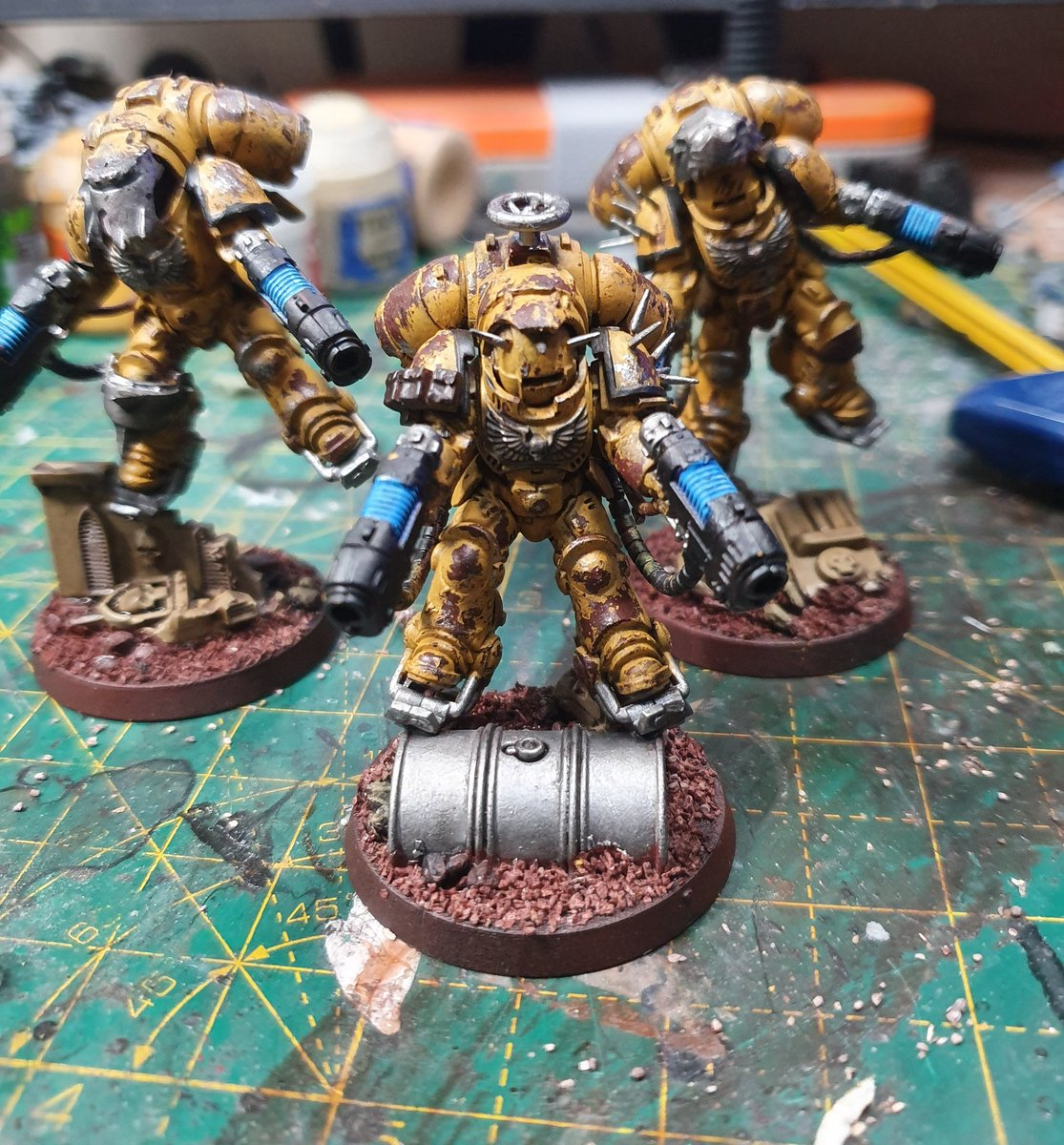 Almost finished these guys and then onto painting the tank!! #paintingwarhammer #gamesworkshop #warmongers #miniaturewargaming #painting #miniaturepainting #warhammer40k #spacemarines #primaris #primarisspacemarines #bitzbox #postapocalyptic #postapoc #kitbash #wh40k
