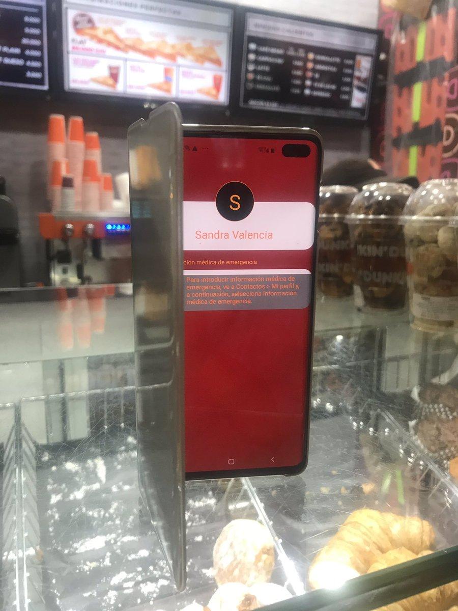 Si alguien conocen a Sandra Valencia que tiene un Samsung blanco. Lo dejó en el Dunkin Donuts del aeropuerto, salida internacional!!! No tiene contactos de emergencia. Ayúdala @GodColombiano