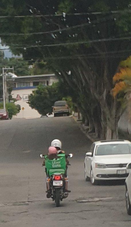 Servicio a domicilio? #Cuernavaca #LopezDoriga , un repartidor de #UberEats  que lleva una niña en la hielera.