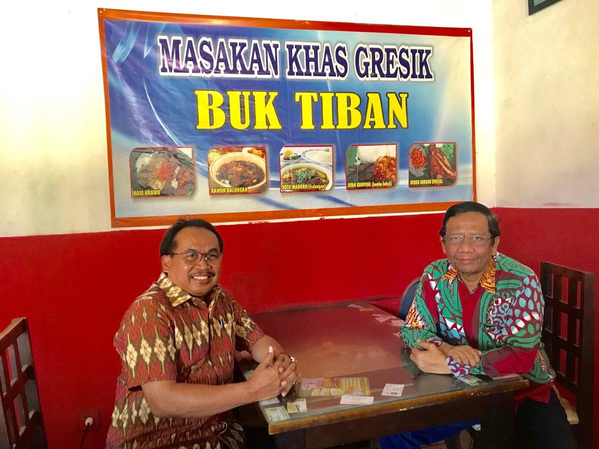 Setelah jadi saksi akad nikah Haris dan Randu dengan keunikan sang wali mujbir @sudjiwotedjo sy langsung terbang ke Surabaya utk trs ke Tuban memenuhi undangan ke ponpesnya Pak AS Hikam. Di Gresik mampir makan siang di warung Nasi Kerawu. Pak Hikam, Saya sdh di perjalanan