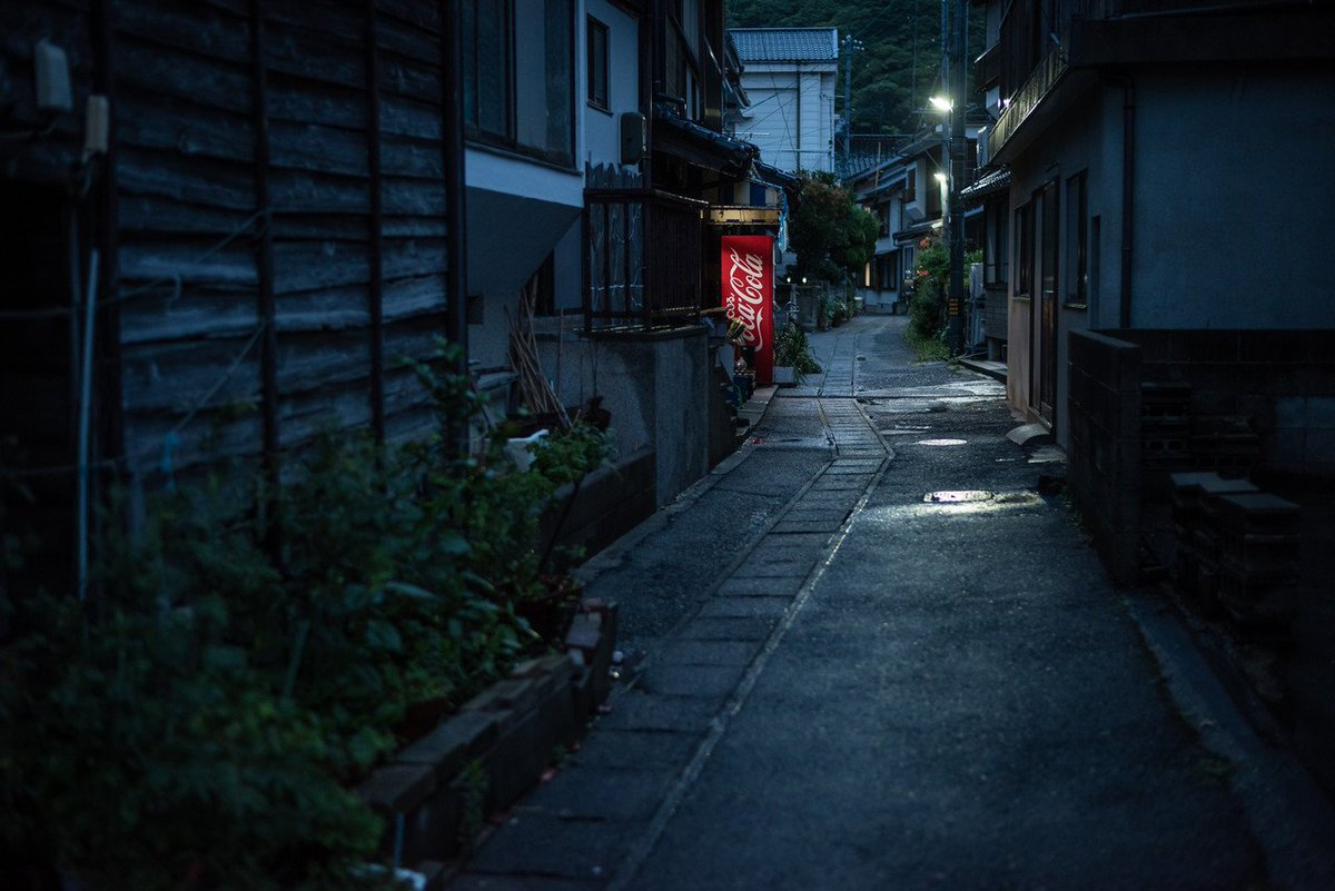 コカコーラの赤色自販機も いい加減に日本の風景に馴染んできた感がありますな