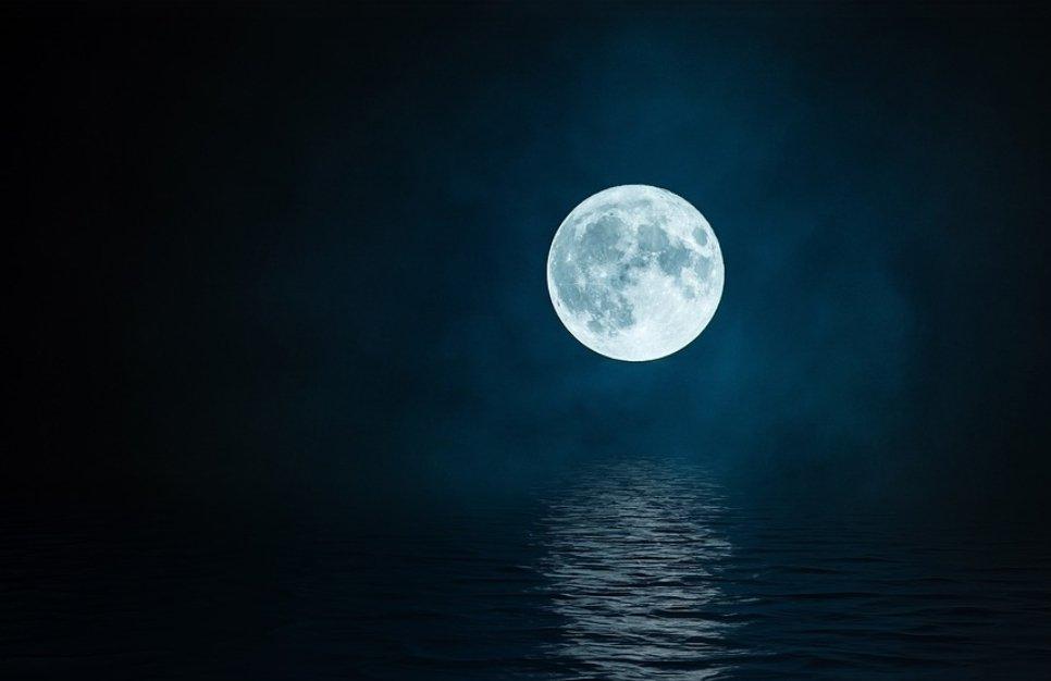 Comè grande questa luna che assomiglia a quella nostra.. Il 20 Luglio 1969 per la prima volta, luomo posò piede sulla Luna.. #20luglio1969 #20luglio #luna50 #ErmalMeta #9primavere @famedalupi