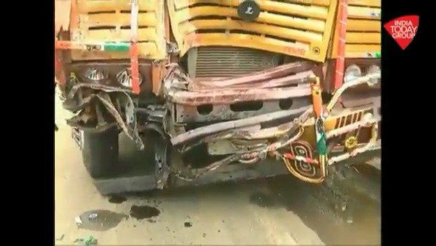 पुणे-सोलापुर हाईवे पर हुआ भीषण सड़क हादसा देखिए घटनास्थल से @Pkhelkar की ये रिपोर्ट #ReporterDiaryअन्य वीडियो: http://bit.ly/IndiaTodaySocial…