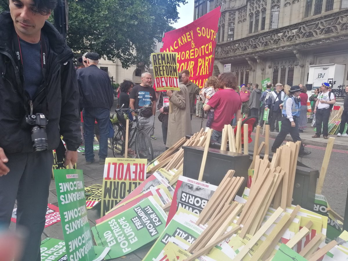 We are here: Labour, Greens, trade unionists, climate activists, migrants' rights campaigners.  Marching not just against Brexit but for the Britain & Europe we want.  Green New Deal  Free movement for all  End austerity  Build unions not borders!  #LeftBloc #MarchForChange<br>http://pic.twitter.com/XZEDn2S2e4