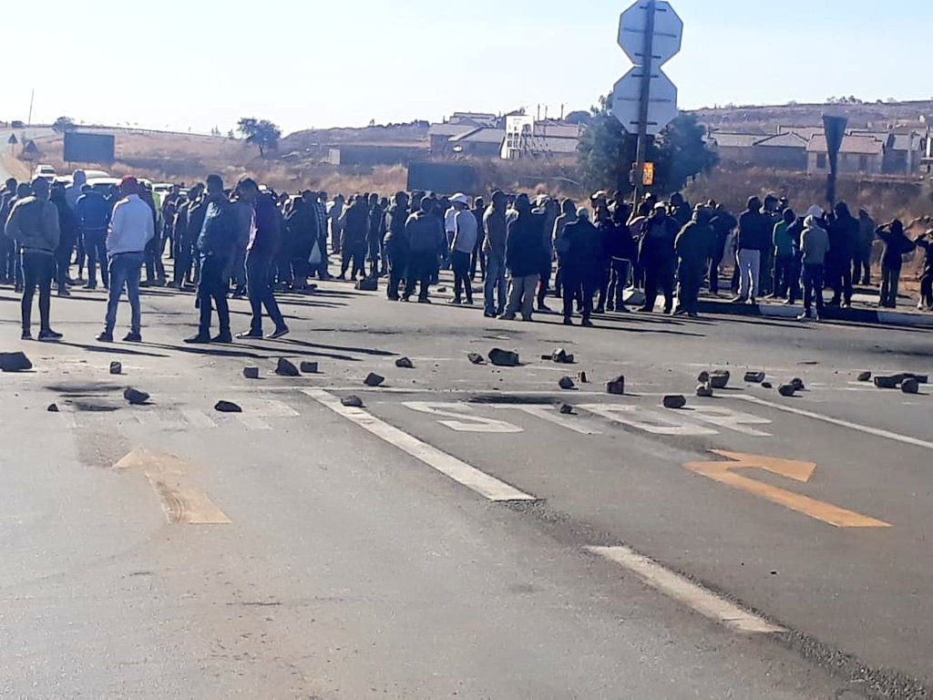 In Lenasia South K43 & Impala are closed off with rocks. The residents are waiting for MEC Lebogang Maile to address them. #JMPD & @SAPoliceService are present.