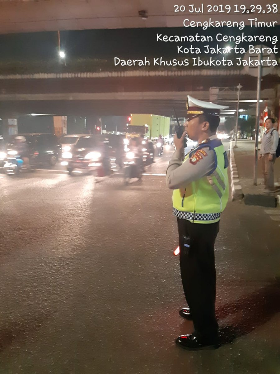 20.36 Arus lalulintas Traffic Light Cengkareng terpantau ramai lancar.