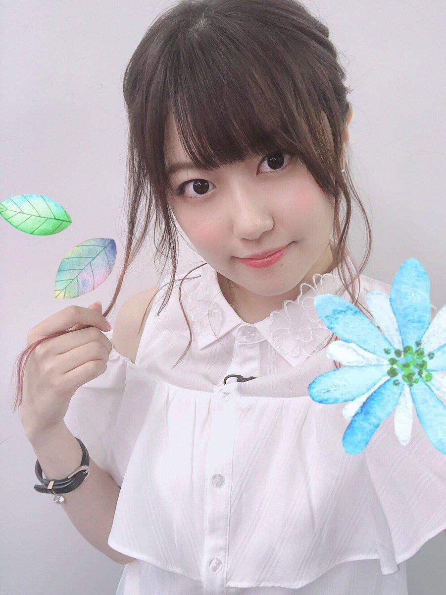 今日の衣装は、オフショルのブラウスと黒のスキニージーンズにしたよ👚👖襟にお花が咲いてるの💐みんな見てくれてありがとう!おやすみ〜〜💓(三澤)
