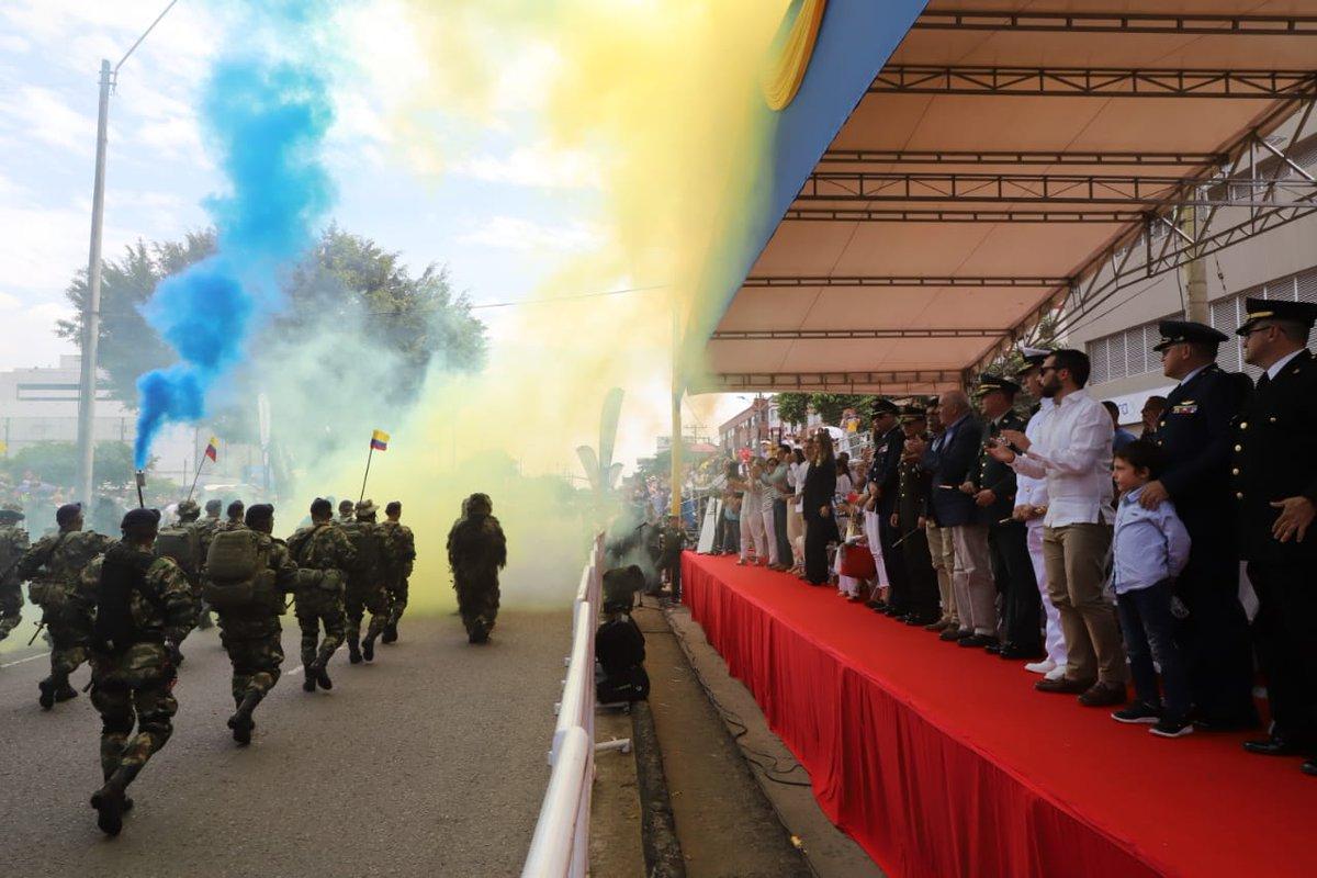 #CaliCo celebra el Día de la Independencia este #20deJulio con desfile militar y policial en la autopista suroriental. Fotos: cortesía @AlcaldiaDeCali