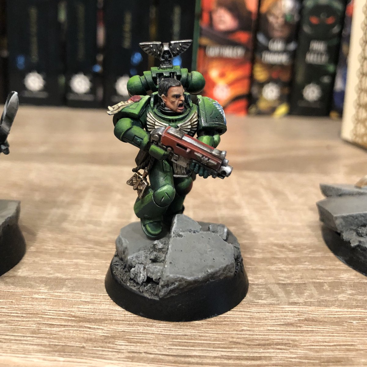 Just a small update. Painted the boltgun casing and basecoated the arms. First rough highlights are on there too. #miniaturepainting #WH40k #Warhammer40000 #paintingwarhammer #spacemarines #darkangels #spacemarineheroes #hobbyisten500 #wepaintminis #warmongers #brothergaiun