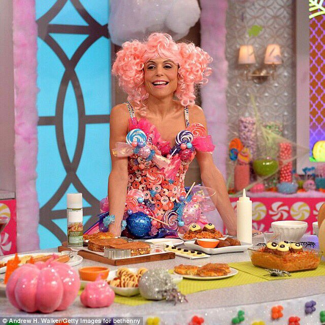 Happy #NationalLollipopDay!  This absurd picture requires an explanation. In fact, it was on Halloween on my talk show. My daughter was so obsessed with this that I made her a matching outfit for trick or treating! <br>http://pic.twitter.com/v0tCkFrklo