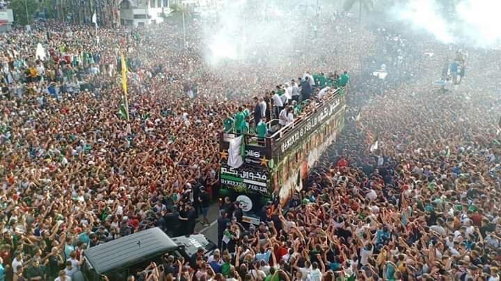 Algeria 🇩🇿 with the AFCON 2019 trophy arrive home to this beautiful sight. Football is not just a game. 💚 https://t.co/sPZjJ8EP9n