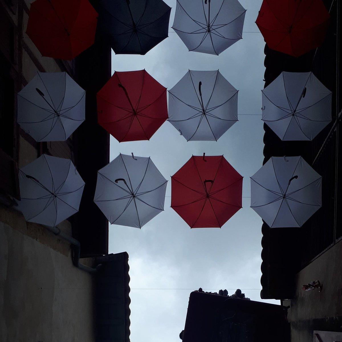[PHOTOS] Bayonne : la rue Marsan investie par les parapluies rouges et blancs pendant les fêtes☂️💃🕺 ↪️https://bit.ly/2YkX9I2