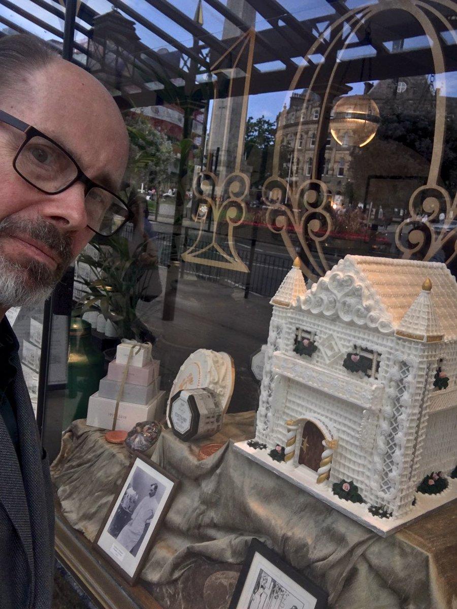 The window of Betty's Tea Room in Harrogate. Yes, that's a cake! #TheakstonsCrime<br>http://pic.twitter.com/0ZAjjbYZAA