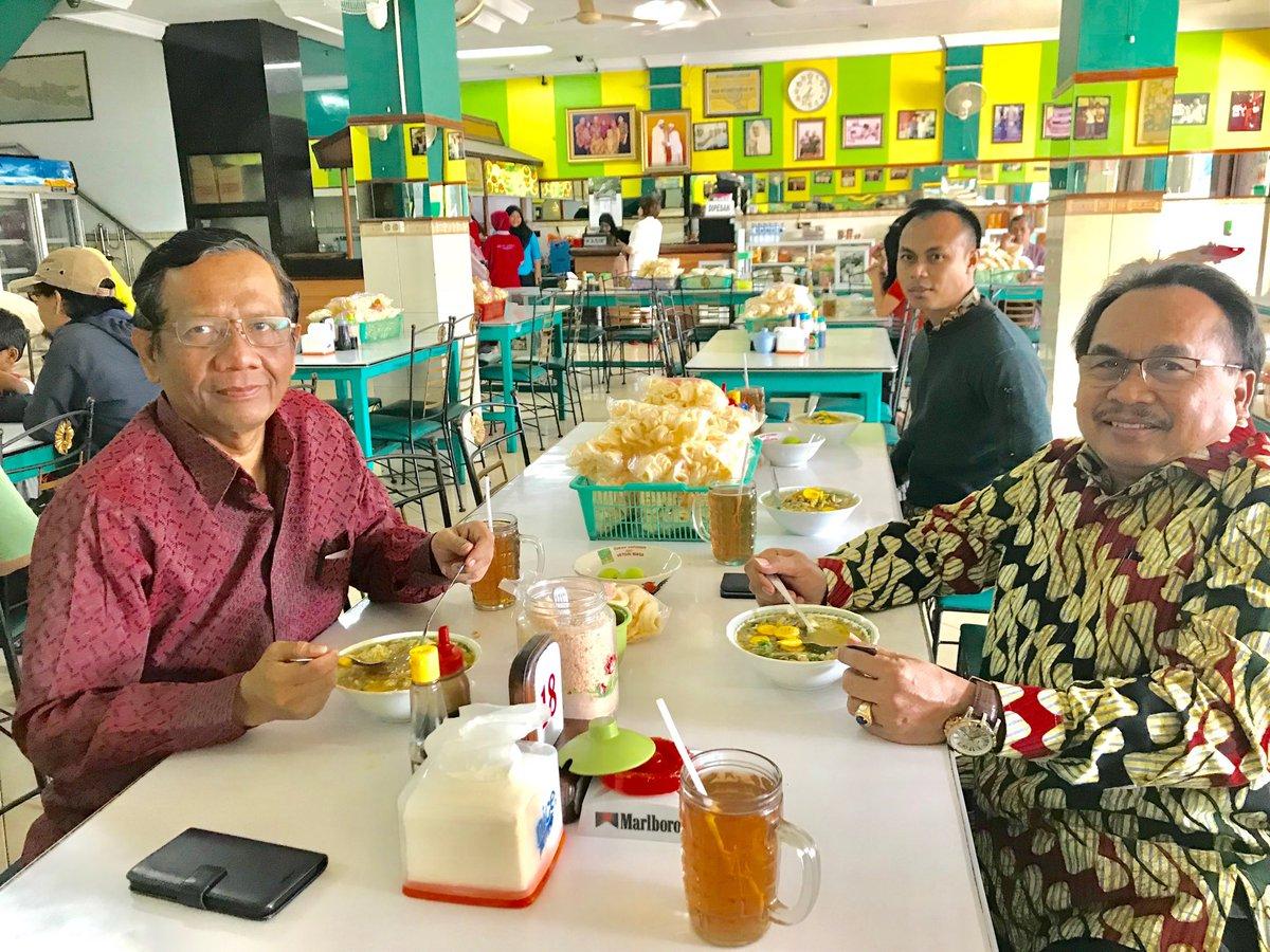 Sarapan di Depot Asih Jaya Lamongan. Soto Lamongan, enak utk dinikmati. Perjalanan dari Tuban menuju Bangkalan. Ditempuh dgn santai.