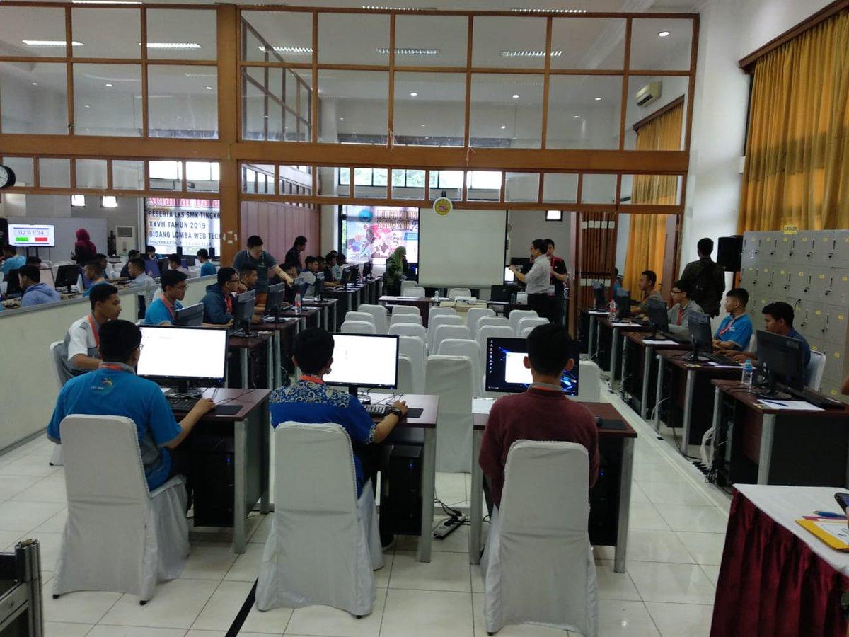 Suasana lomba kelompok Teknologi dan Informatika di UNY @rianadewi