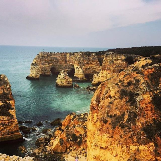 This is one of the most impressive rock formations in the Algarve. You can't stop taking great pictures.  #praiadamarinha #algarve #Portugal #coastline #beautifulview #beach #portugalovers #portugal_gems #algarveloverspic.twitter.com/ruVrzL3Oei