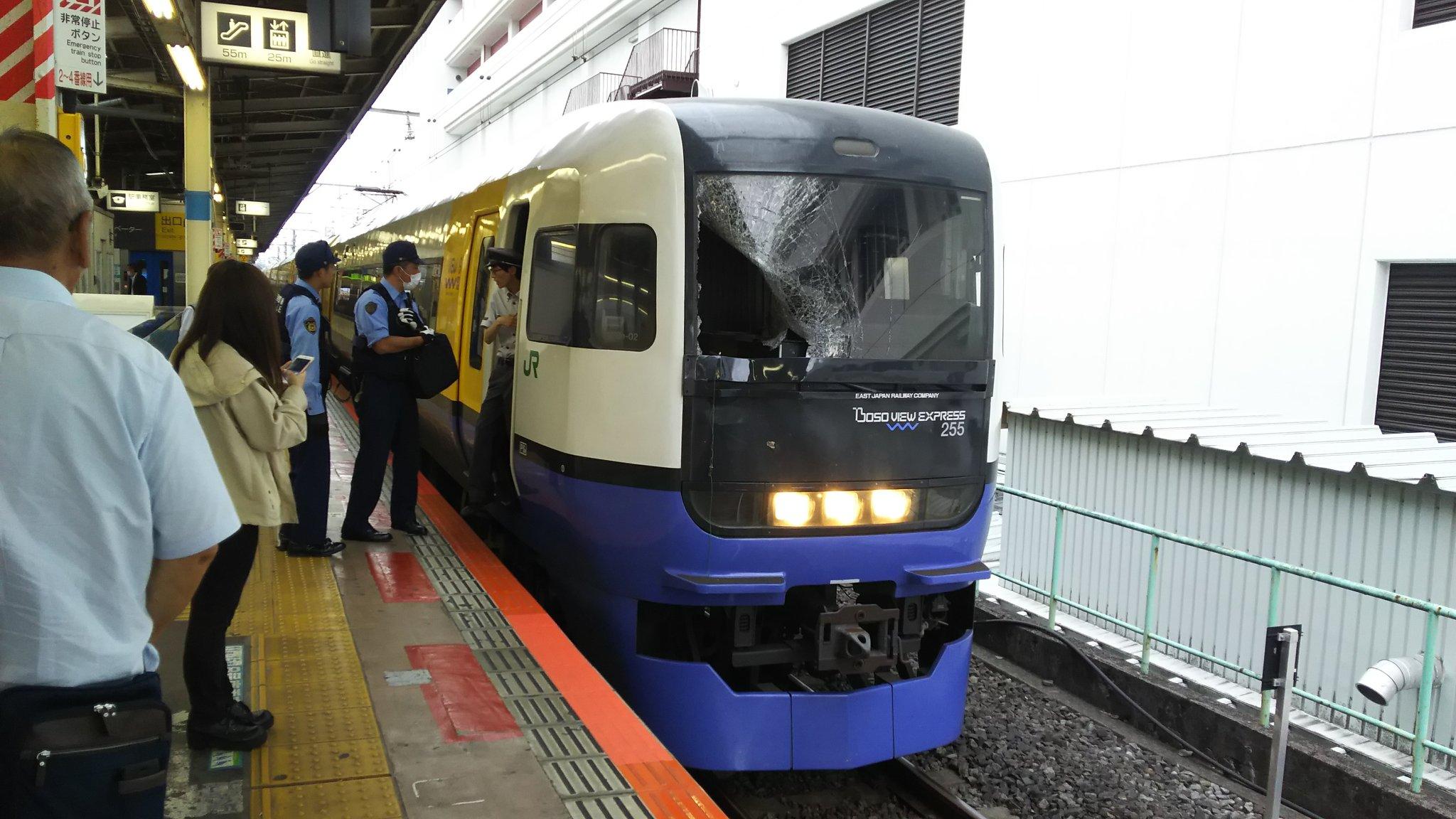 総武線快速の船橋駅の人身事故でフロントガラスが割れている現場の画像