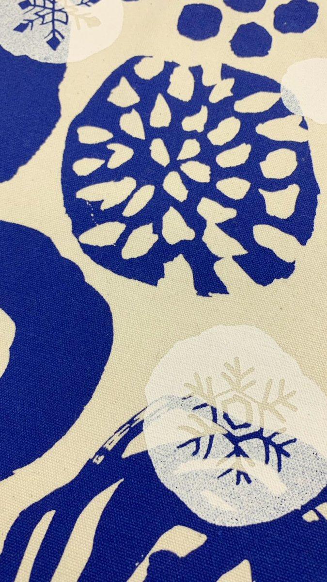 こだわりは、白のインクを透かすことで雪を表現していることだ。また雪の結晶はどれも違った形にしている。