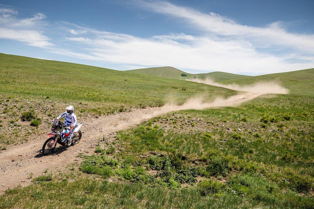 .@AdamTomiczek123 i Maciek #Giemza zaczęli dzisiejszy, trzeci etap @silkwayrally w rosyjskim🇷🇺Ułan Ude, a zakończyli gow mongolskim🇲🇳Ułan Bator. Pokonali niemal 700 km, finiszując na 1⃣1⃣i 1⃣2⃣miejscu.💪🏍  #ORLEN #ORLENTeam #Silkwayrally