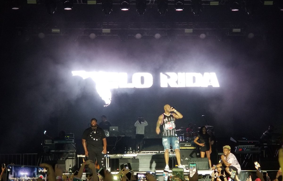 Nothing like a little FLO RIDA in Illinois! What a great show with @official_flo at #NapervilleRibFest https://t.co/8XHqQ9kvMu