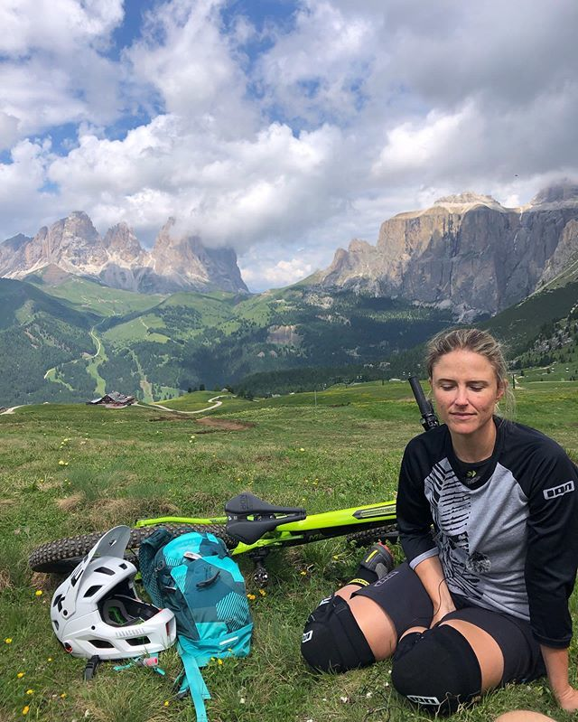 These mountains are always so spectacular and I never get used to them. #ridelikeagirl #dolomites 📸 @paomad . @visitvaldifassa @ridelikeagirlproject @yourbigstories @ospreyeurope @fassabikepark @visitcanazei #valdifassa #canazei #GirlStories . #lesan…