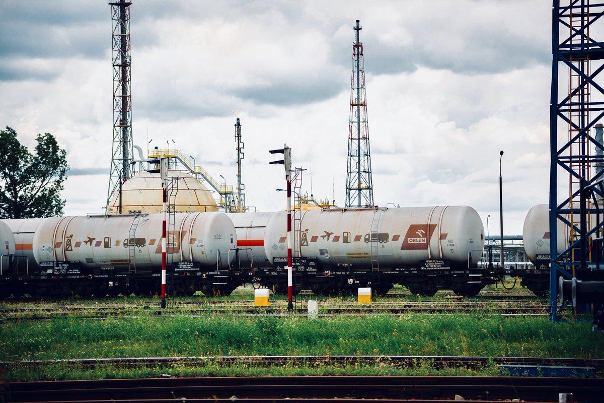 Inwestujemy w rozwój przewozów kolejowych! Rozpoczynamy postępowanie zakupowe na 2 tysiące wagonów do przewozu produktów rafineryjnych i petrochemicznych. Obejmuje ono dzierżawę cystern na potrzeby polskich spółek Grupy #ORLEN oraz @unipetrolcz 👉http://bit.ly/Cysterny