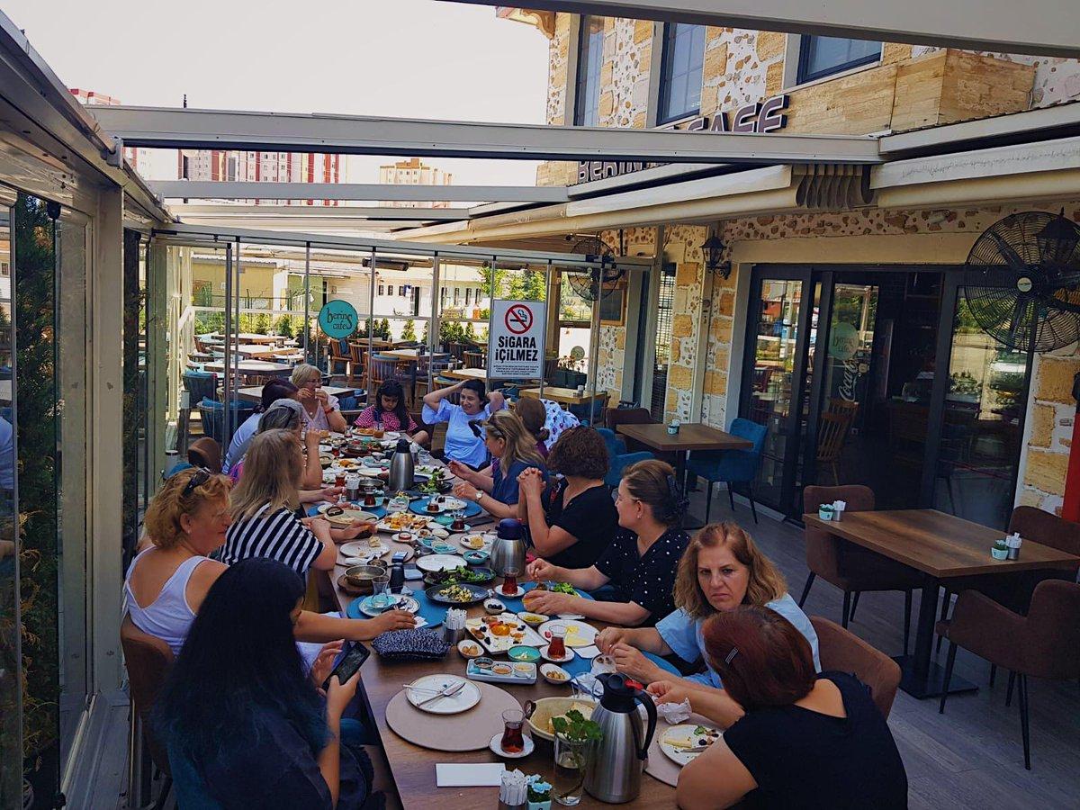 Kahvaltı dediğin kalabalık olur, uzun masalar, dostlar, kahkahalar... Alaçatı kahvaltımızı böyle güzel gruplarla buluşturabilmek işimizin en güzel tarafı 🎈😊 #alaçatıkahvaltısı #berinscafe #morning #bestcafeintown #ankara #çayyolu #sarnıçpark #çarşamba